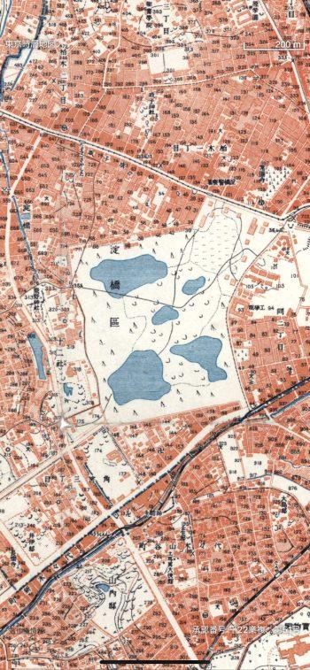 昭和戦前期の地図では、新宿の淀橋浄水場は戦時改描で沼地として描かれている