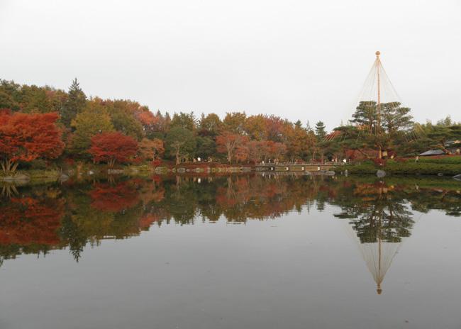 東京都立川市、昭島市:国営昭和記念公園(2011年11月撮影)、池に映った景色はまるで鏡に映っているよう(日本庭園)